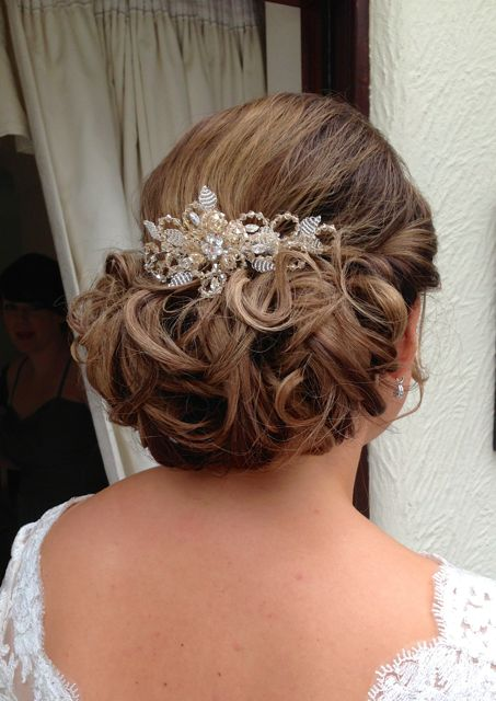 Curled bridal hairstyle decorative comb